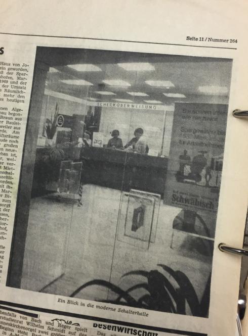 Abbildung: Schalterhalle der Raiffeisenbank Westernhausen, vermutlich 1971 (Archiv der RBKJ, Zeitungsausschnitt).
