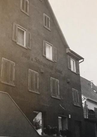 Abbildung: Schuh- und Geschäftshaus Gundel. Hier war von 1956 bis 1979 die Geschäftsstelle untergebracht. (Quelle: Fotoalbum Joachim Gundel).