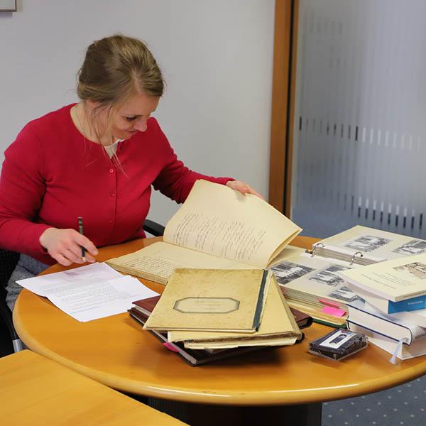 Frau Dr. Schlütz bei der Recherche